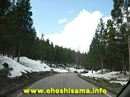 会津地方の残雪と新緑と青空