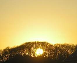 丘に沈む夕日.