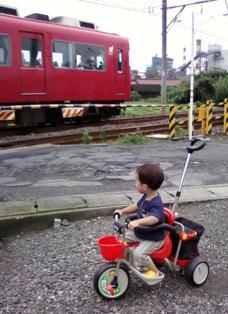 三輪車と電車.jpg