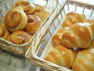 「ピーナッツバターロール」と「ロールパン」