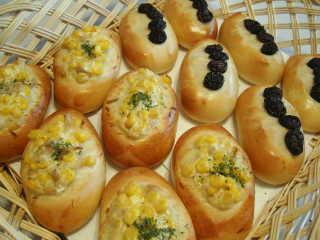 ツナコーンパンとレーズン(巨砲)パン