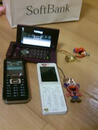 話は、飛びますが先日妻が携帯を買いました。これで、携帯3つ同時所持。お前はビジネスマンかぁー?(涙).JPG