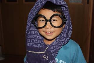 次男、メガネとタオルで変装です。