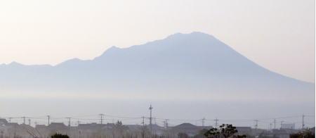 朝靄に浮かぶ大山