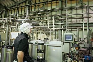 エールビールの樽詰(充填)機の前に佇むJIMA