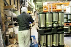 ブロンドエールの樽を運ぶJIMA