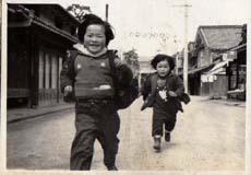 西町通りを走る少女-1.jpg