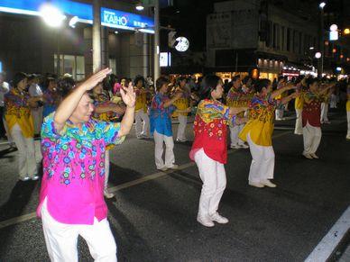 国際通りで踊る人たち。