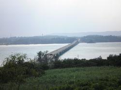 古宇利島から古宇利大橋を眺める