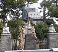 西院御影池の太子と両親像