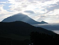 雲間の由布岳