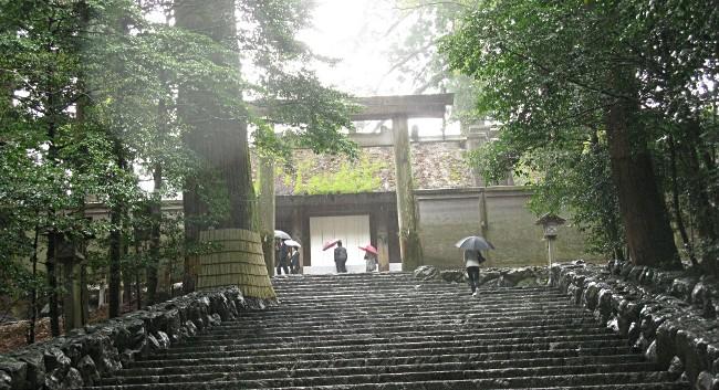 伊勢神宮正宮前階段