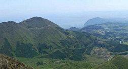 東峰山頂からの眺望(鶴見岳と後方に別府湾が)