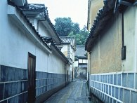 倉敷美観地区の路地白壁