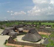 竪穴式集落と遠方に高床式倉が