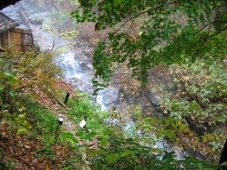 湯船から湯は渓流に流れ出します