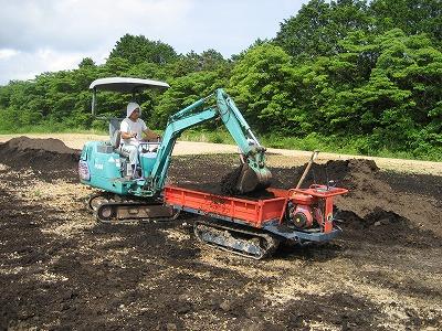 堆肥をまくたぐっちゃん.jpg