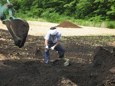 鍬で堆肥をかき込む菊池君.jpg