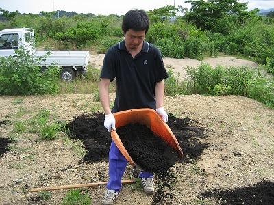 堆肥をまく宇野君.jpg