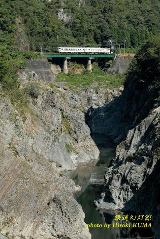 名勝飛水峡を行く高山本線の普通列車