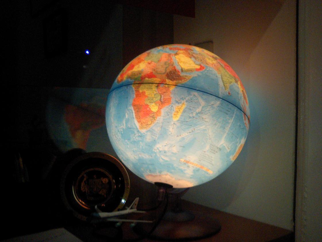 光る地球儀.JPG