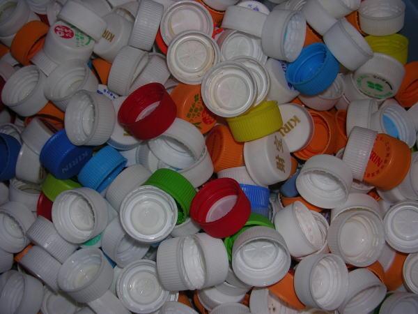 いろんなメーカーのボトルキャップが回収されてきます。