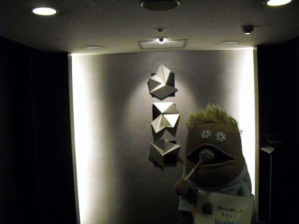 エレベーターホールのオブジェと共に
