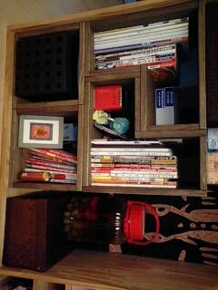 【おかたづけ】 料理本が増えてきて、手作りの棚の棚板が湾曲してしまったので、ダーク色のアングル2個とSボックス2個を買ってみました。背の高い本もきれいに入ったので満足です。手作りの棚にあわせても、素材感があってよいかと思ってます。形が変わっているので、たまに置き方を変えて楽しみます。【子供部屋 無垢 木製 収納 ラック キューブ カラーボックス 本棚 絵本 おもちゃ 収納 図鑑 大型本】