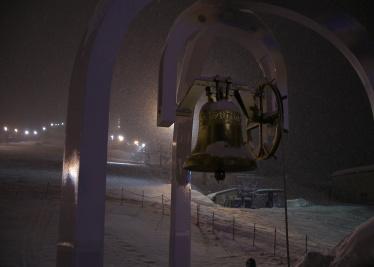 雪の中の鐘