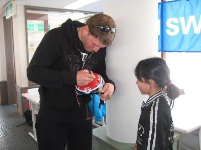 2009アトミックキャンプ ザルンチッチ選手からサインをもらうガキ.JPG