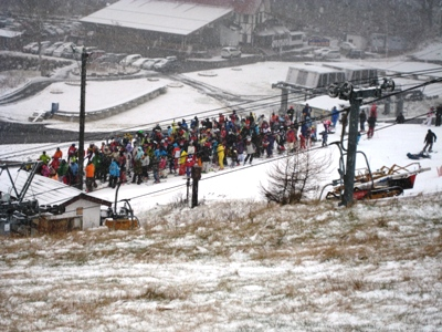 2009丸沼キャンプ2 初日のリフト待ち 14時ごろ.JPG
