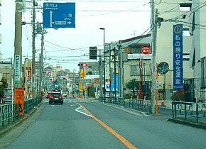 前方、東八道路が交差。