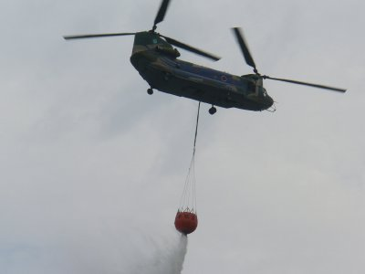 空輸送ヘリで空中消火@横浜港