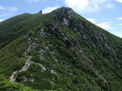金峰山山頂を仰ぐ