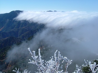 奥秩父の山々と滝雲