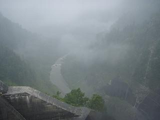 雨の黒部ダムから