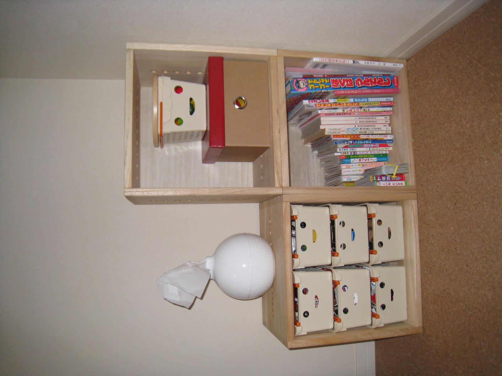 【子供用のおもちゃと本の収納】 リビングの子供のものがだんだん多くなって片付かなくなってきたので、おもちゃと本が一緒に収納できる家具を探していました。これは物が増えても買い増しできるし、いろんな形にできるので長く使えると思い購入しました。片付けたらとてもすっきりして部屋の雰囲気にも合い満足しています。サンプルで色と材質が確認できるところもありがたかったです。【子供部屋 無垢 木製 収納 ラック キューブ カラーボックス 本棚 絵本 おもちゃ 収納 図鑑 大型本】
