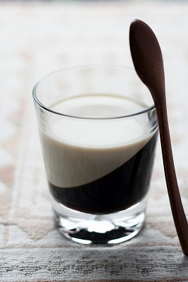 黒糖コーヒーゼリーに豆乳を注いで