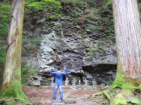 2本の杉の木の間がここらで最大のパワースポット