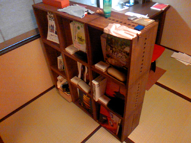 【付け足し】 前回のLBOX6個では本が入りきらなかったので、新たにLBOX3個&引出2個追加しました。日常、使っていくうちに足りなければ付け足せる所が、Vainの最大の利点です。普通の家具ではこうはいきません。収納分野では断トツのお勧めです。次回はオーディオスペースに手を加えます。【子供部屋 無垢 木製 収納 ラック キューブ カラーボックス 本棚 絵本 おもちゃ 収納 図鑑 大型本】
