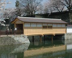 往時の姿に復元された福井城址・御廊下橋