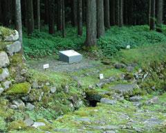 僧侶の住居跡入り口=南谷三千六百坊院跡