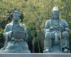 継体天皇と照日の前の像=万葉の里・味真野苑