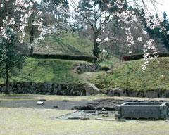 義景館跡「南門」、手前は「武者溜と蔵の跡」