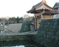 復元された福井城の舎人門(とねりもん)