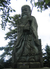 足羽山にある継体天皇の巨大な石像
