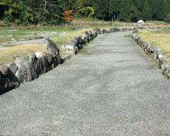 南北幹線道路から一本西側入った所の南北道路跡=立体復元町並みより続く
