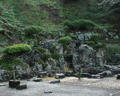 手前の茶室跡と義景館跡庭園
