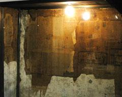 壁に張られた大正3年の新聞(向かって左側)