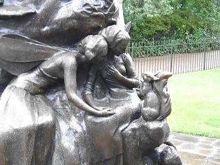 ケンジントン公園ピーターパン像の台座